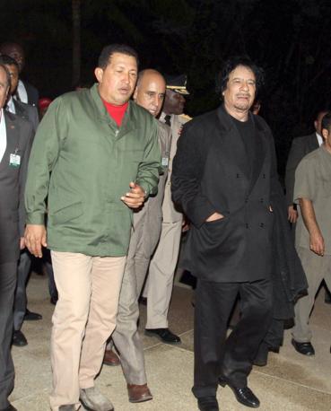 Gheddafi in total black con Hugo Chavez  (IPP)