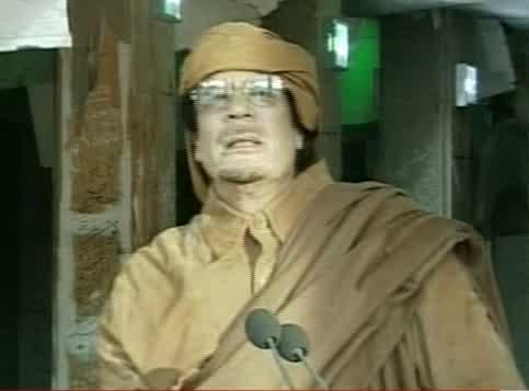 Seconda apparizione in tv: il Colonnello indossa un abito beduino color sabbia (Ansa)