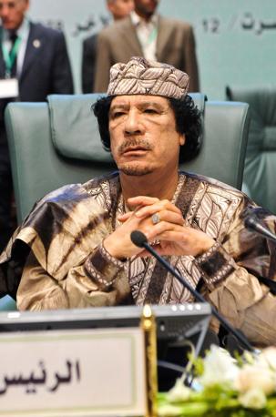 Gheddafi ancora a Sirte con un abito tradizionale beduino colorato  (Liverani)
