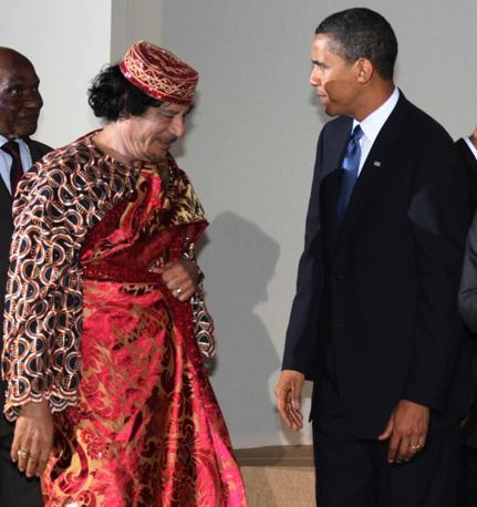 Un'altra immagine del G8 a L'Aquila: Gheddafi, in rosso, con Barack Obama (Photomasi)