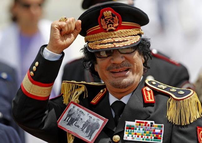 """Roma 2009: sulla divisa di Gheddafi la foto dell'arresto di Omar Al Mukthar, il religioso libico leader della resistenza anti-italiana catturato nel 1931 dagli """"squadroni libici a cavallo"""" del generale Graziani (Ansa)"""