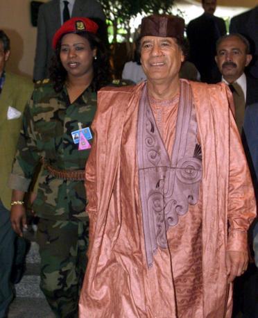 Aprile 2000: Gheddafi al Cairo in abito rosa e lilla (Ap)