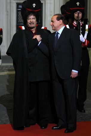 Novembre 2009: Gheddafi col mantello a Palazzo Chigi  (LaPresse)