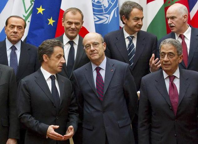 Parigi, ore 13 - Sarkozy posa nella foto di rito con gli altri capi di Stato al termine del summit internazionale convocato per discutere dell'intervento militare in Libia (Reuters)