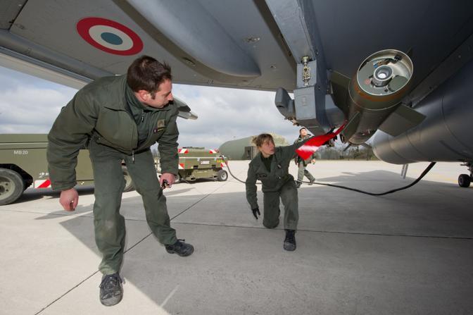 Saint Dizier, ore 14.30 - I tecnici della base militare francese preparano i jet Rafale che saranno impiegati nell'attacco (Ap)