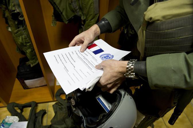 Saint Dizier, ore 15 - I piloti ricevono dal comando Nato gli ordini per la missione in Libia (Ap)