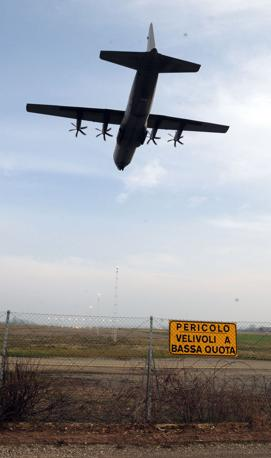 San Damiano, Piacenza - Un C130 sorvola la base italiana