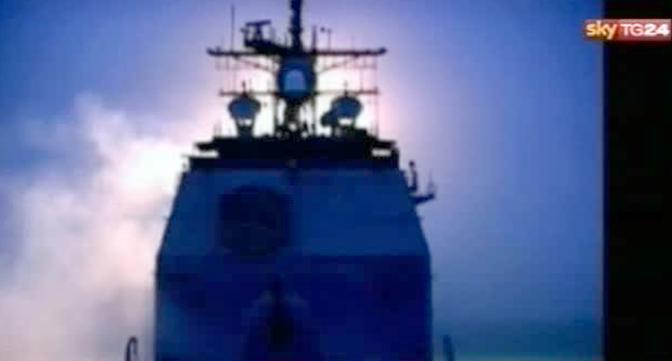 Un fermo immagine da Sky Tg24 mostra il lancio di un missile da una portaerei (Ansa/Sky Tg24)