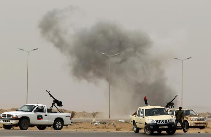 Colonne di fumo si alzano nel territorio desertico nei dintorni di Ajdabiyah (Reuters)