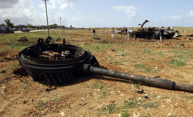 I resti di un carrarmato distrutto lungo la strada tra Bengasi e Ajdabiyah (Reuters)