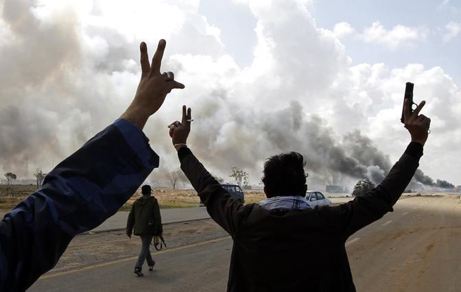 L'esultanza dei ribelli per un altro obiettivo centrato dalla coalizione tra Bengasi e Ajdabiyah (Reuters)