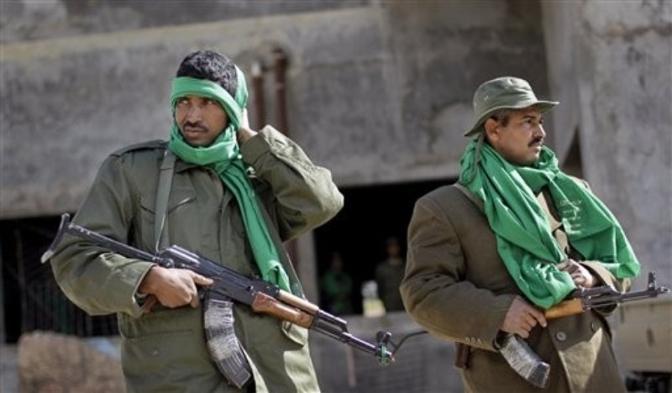 Miliziani flo-Gheddafi con bandane verdi, il colore del regime