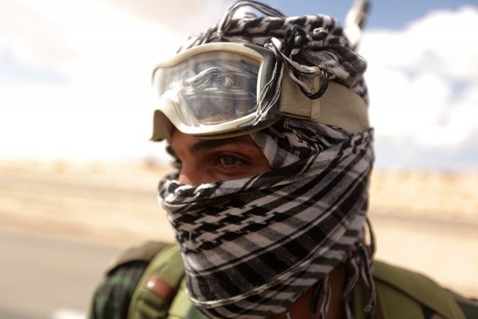 Un oppositore con occhiali anti-sabbia