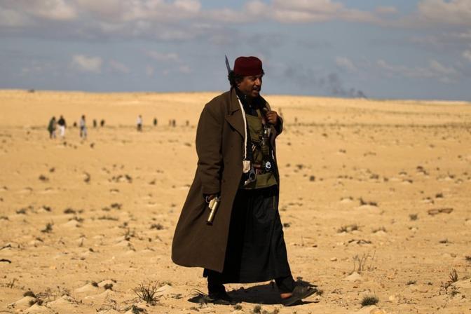 Un guerrigliero con il cappotto nella zona degli scontri