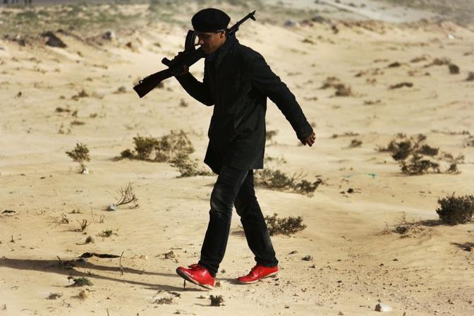 Le insolite scarpe di un guerrigliero nella zona di Bengasi