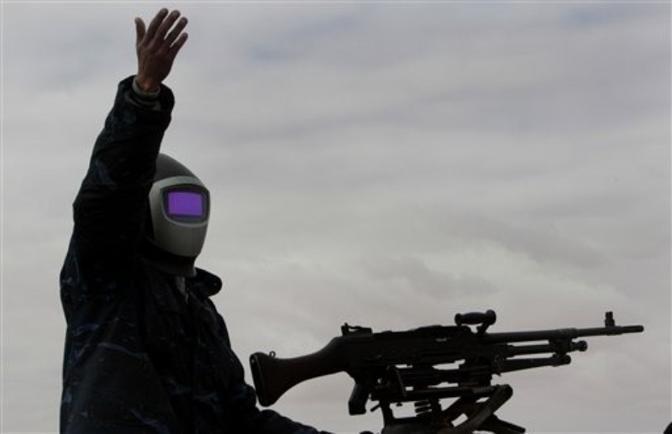 Un ribelle si è protetto con una maschera da saldatore