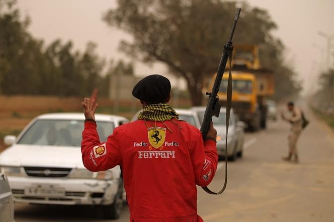 Fucile e giubbotto Ferrari ad un posto di blocco