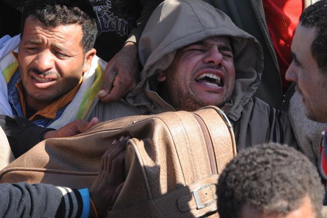 Volti dei profughi al confine (Ansa)