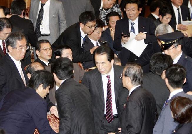La reazione del primo ministro Naoto Kan nel momento della prima scossa (Reuters)