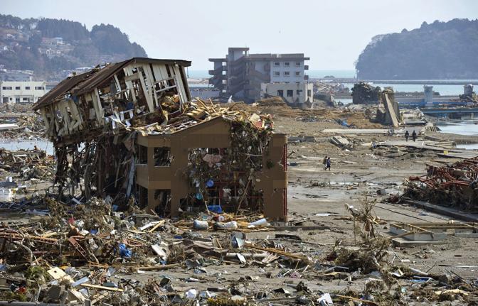 La prefettura di Miyagi è stata la più colpita dal sisma e dal devastante tsunami che ne è seguito. Ecco le prime foto dopo la catastrofe nella cittadina di Minami Sanriku (Ap)