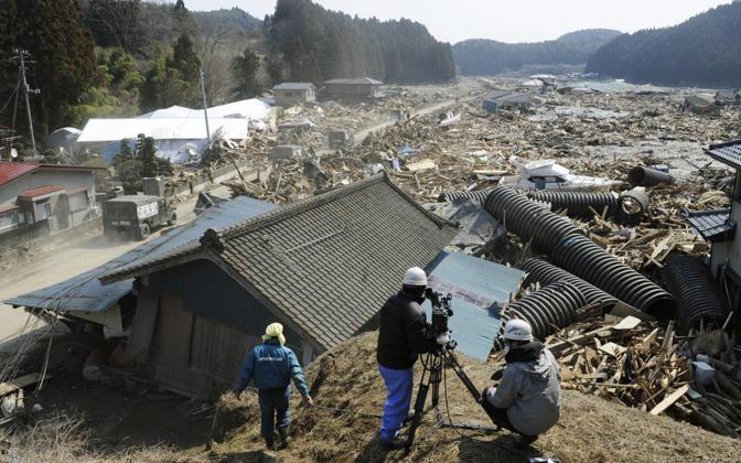 Una troupe riprende il mare di fango che ha sepolto la cittadina di Minamisanriku: si cercano 10 mila dispersi (Reuters)
