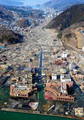 A Onagawa il mare è penetrato per chilometri nella costa, distruggendo ogni cosa (Epa)