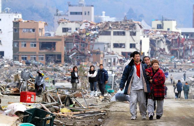 Superstiti nella cittadina di Sanriku (Epa)