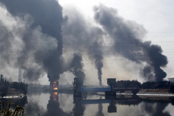 Incendio in una raffineria di petrolio a Tagajo (Ap)