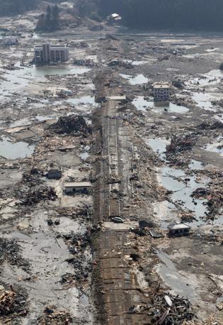 Il mare di fango a Minamisanriku: 10 mila i dispersi (Reuters)