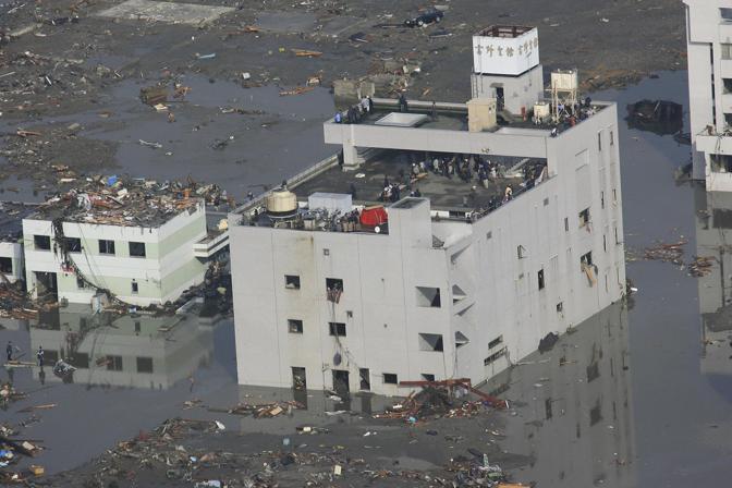 Superstiti rifugiati sui tetti a Minamisanriku (Ap)