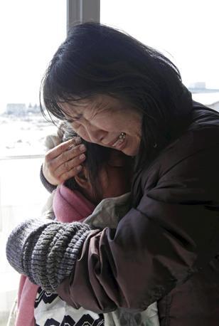 Una nonna riabbraccia la nipotina nel centro di accoglienza di Natori (Ap)