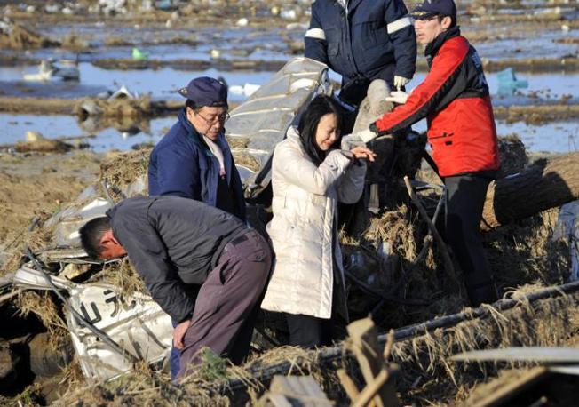 Yamamoto: due genitori piangono la figlia 18enne, trovata morta tra i rottami della sua auto (Epa)