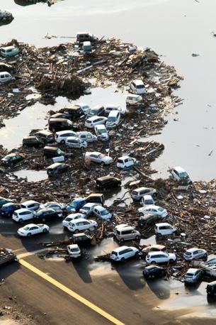 Auto trascinate dall'acqua a Sendai (Epa)