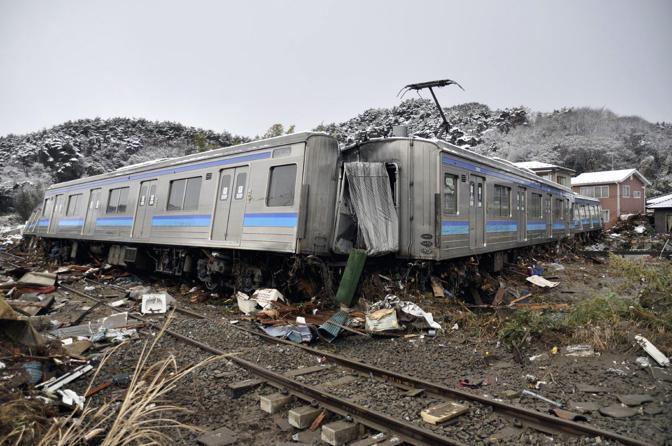 Treno spezzato a Matsushima (Reuters)