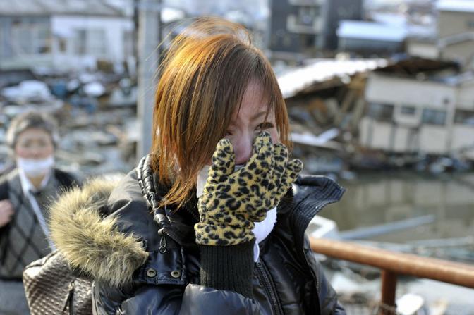 Una ragazza piange di gioia dopo aver saputo che sua madre è stata estratta viva dalle macerie (Reuters)