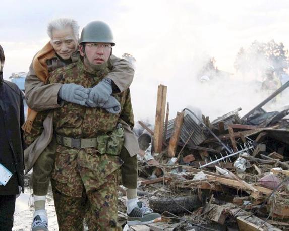 Un anziano portato in salvo a Natori (Reuters)