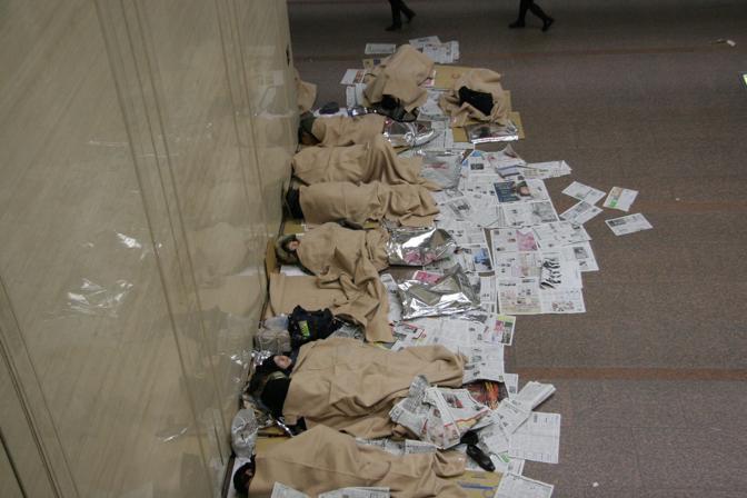 Il centro operativo della Croce Rossa per la prefettura di Miyagi: coperte, fogli d'alluminio e vecchi giornali per scaldarsi (Reuters)