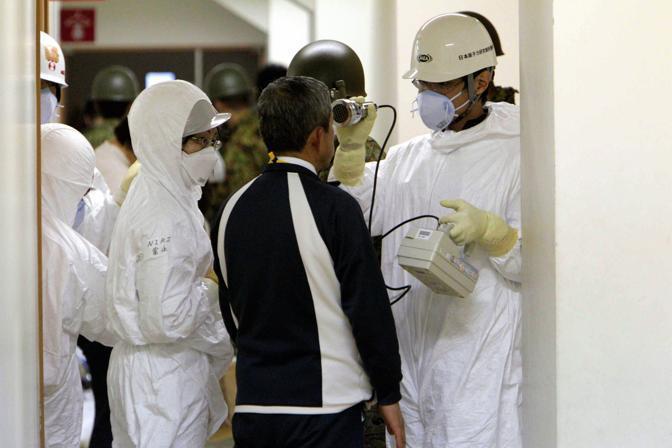 Controlli radioattivi sulla popolazione evacuata nella zona circostante la centrale di Fukushima 1 (Epa)