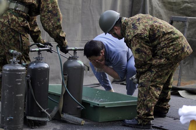 I militari cercano di pulirsi per far diminuire la contaminazione radioattiva intorno a Fukushima 1 (Reuters)