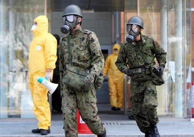 Militari intorno a Fukushima 1 (Ansa)