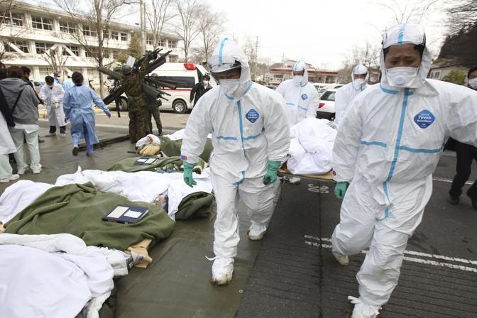 Soccorsi all'ospedale di Fukushima delle persone evacuate e che potrebbero essere state esposte alle radiazioni (Ap)