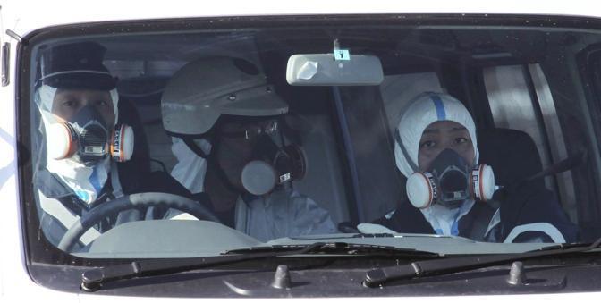 Le squadre anti-radiazioni a Fukushima (Ap)