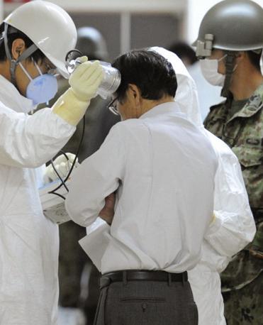 Controlli sul livello di radioattività assorbita dalla popolazione evacuata (Reuters)