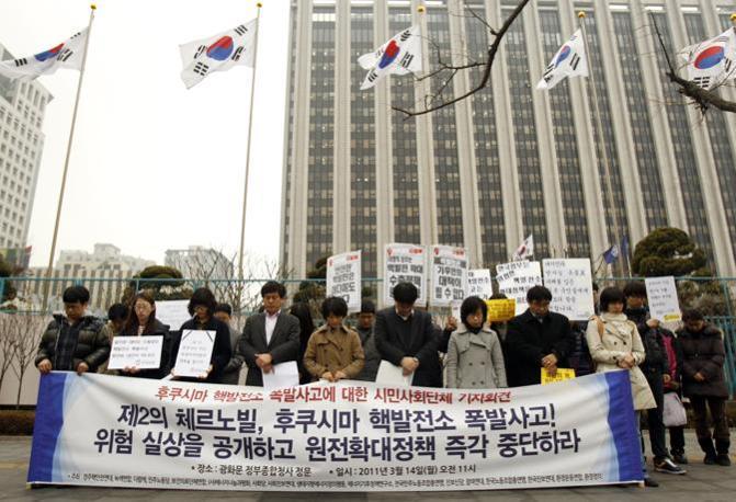 A Seul manifestazione di cordoglio per le vittime del sisma in Giappone durante la quale si è chiesto al governo sudcoreano di fermare la costruzione di altri impianti nucleari (Reuters)