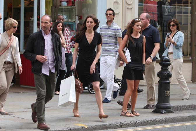 Kate  si muove ancora da ragazza normale, soltanto con una discreta guardia del corpo che la segue. E i passanti non si accorgono di lei (LaPresse)