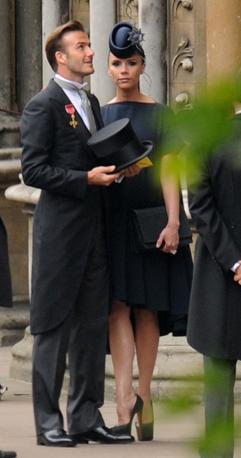 Lei in abito blu notte della sua casa di moda e cappellino Philip Treacy, lui in tight di Ralph Lauren con all'occhiello della giacca la decorazione dell'Order of the British Empire, attribuitagli nel 2003 (Afp)