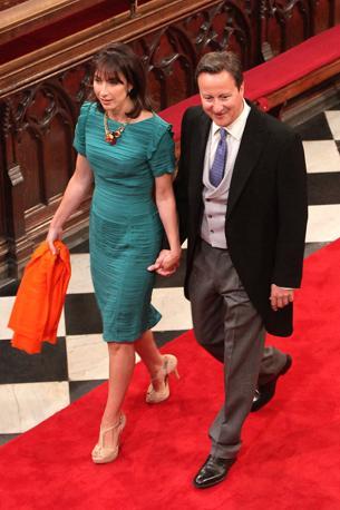 Il premeir cameron e la moglie Samantha senza cappello (Afp)