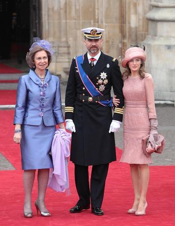 Il principe di Spagna Felipe con la moglie Letizia e la madre, la regina Sofia (Ap)