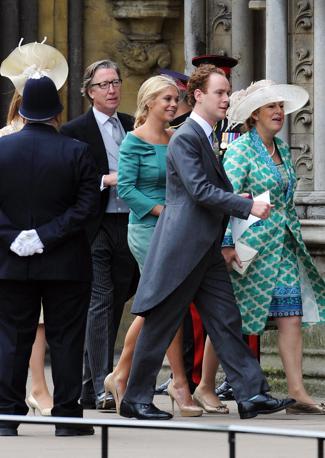 Al centro Chelsy Davy, la ragazza che è stata a lungo la fidanzata del principe Harry e che si dice abbia ripreso i rapporti con lui, fasciata in un abito verde acqua firmato da Alberta Ferretti (Afp)