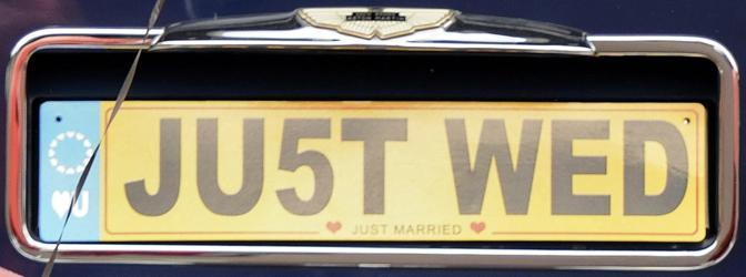 Targa speciale per i novelli sposi Will e Kate: è quella dell'Aston Martin decapottabile che è stata addobbata con palloncini colorati a forma di cuore e nastri. Al voltante di questa auto William ha portato Catherine da Bukingham Palace a Clarence House (Reuters)